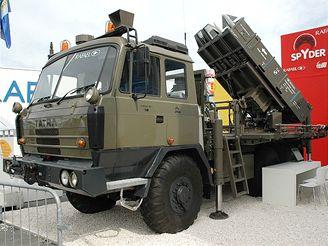 Tatra s moderním izraelským raketometem