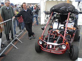 Francouzský konstruktér Jean-Louis Jacquot vychvaluje přednosti své létající buggy, se kterou se chystá na cestu kolem světa