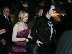 Marilyn Manson s Evan Rachel Woodovou na cestě do restaurace La Vita (27. června 2007)