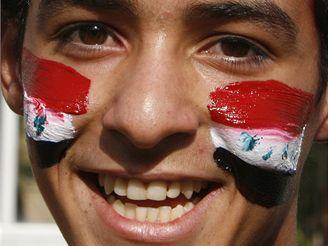 Irácký fanoušek slaví vítězství ve fotbalu nad Jižní Koreou.