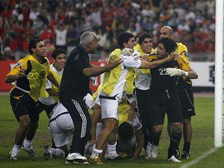 Iráčtí fotbalisté slaví vítězství nad Jižní Koreou.