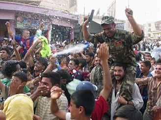 Iráčtí fanoušci slaví vítězství ve fotbale nad Jižní Koreou.
