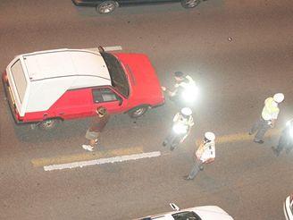 noční kontrola policie na ulici 5. května v Praze