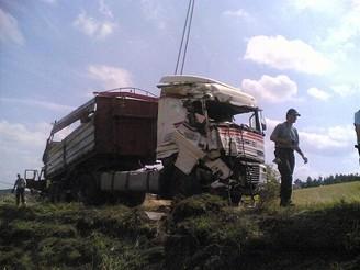 Nehoda kamionu s pískem u Plzně