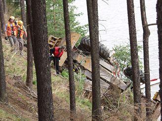 Ženisté vyprostili traktor z přehrady