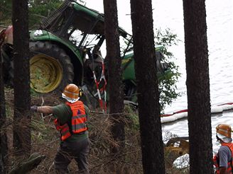 Traktor v přehradě