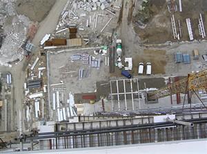 Pohled na kotvení jeřábu (vpravo) a staveniště