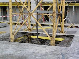 Základy jsou 11 metrů pod úrovní terénu (více než 3 patra)