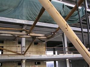Ukotvení je ve výšce 60 m od základů (tak je vysoký 20 podlažní dům)