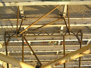 Ukotvení je ve výšce 60 m od základů (pohled ze shora)