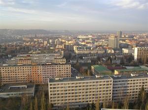 Výhled přes sídliště Pankrác, Kongresové centrum a Vyšehrad na Pražský hrad