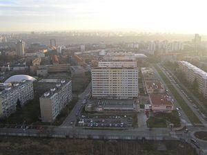 Sídliště Pankrác, v pozadí v pravo nahoře budova Montovaných staveb, v pozadí sídliště Lhotka