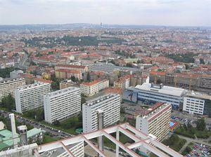 Sídliště Pankrác, v pozadí vysílač Praha Město