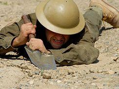 Armáda cvičí herce na natáčení filmu Tobruk.
