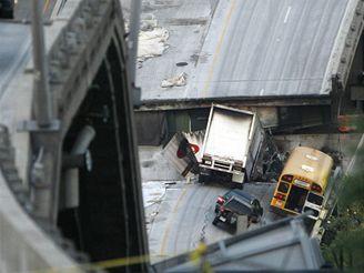 Záchranné práce u zříceného mostu v Minneapolisu