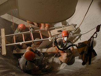 Hasiči vyprošťují zasypaného dělníka