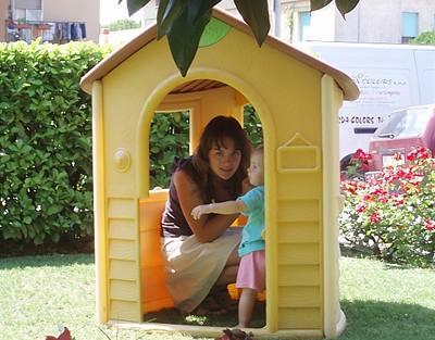 Kliknutím zobrazíte větší formát - Ewa Farna si hraje se svou malou sestřičkou u hotelu