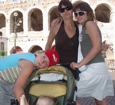 Kliknutím zobrazíte větší formát - Ewa Farna se svou sestřičkou, bratrem a maminkou