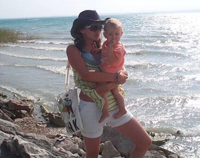 Kliknutím zobrazíte větší formát - Ewa Farna se svou malou sestřičkou u moře