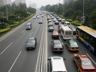 Největší tepnou Pekingu právě projíždějí vozy s SPZ s lichými číslem na konci.