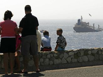 Nákladní loď zůstala po srážce zaklíněná na mořském dně.