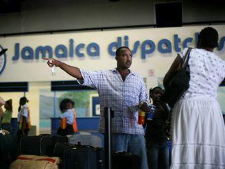 Letiště Montego Bay na západním pobřeží Jamajky zavalily davy turistů, kteří chtějí předčasně odletět ze země.