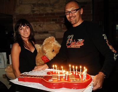 Kliknutím zobrazíte větší formát - Ewa Farna na narozeninové party se svým manažerem Leškem Wronkou