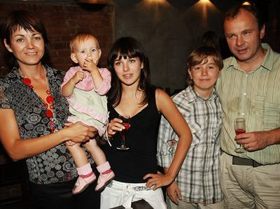 Ewa Farna na narozeninové party se svými rodiči a sourozenci