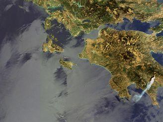 Požár v Řecku 23. srpna 2007 na satelitním snímku