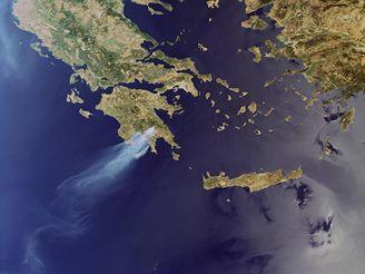 Požár v Řecku 24. srpna 2007 na satelitním snímku