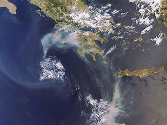 Požár v Řecku 27. srpna 2007 na satelitním snímku