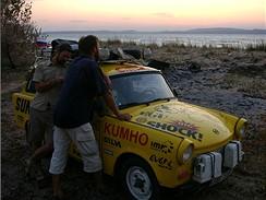 Místo nekonečného čekání ve frontě na trajekt přes Kerč táboříme na pláži