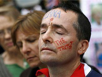 """Jeden z Britů dává nápisem """"Pravda?"""" na tváři najevo pochybnosti o příčinách Dianiny smrti."""