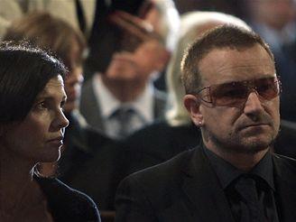 LOUČENÍ S PAVAROTTIM. Obřadu se zúčastnil mimo jiné irský zpěvák Bono Vox s manželkou Ali Hewsonovou. (8. září 2007)