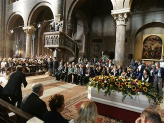 LOUČENÍ S PAVAROTTIM. Obřadu v modenské katedrále se účastnilo na osm set pozvaných hostů. (8. září 2007)