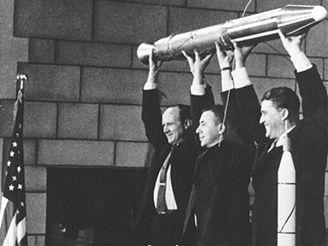 Autoři předvádějí model družice Explorer 1 novinářům
