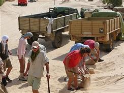 Tobruk - natáčení v Tunisku - stavění pískového valu