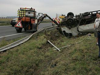 Dopravní nehoda dvou nákladních, osobního automobilu a traktoru na silnici II/635 u obce Příkazy na Olomoucku. (18.9.2007)