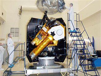 Montáž sondy Deep Impact - průletová část s dalekohledy
