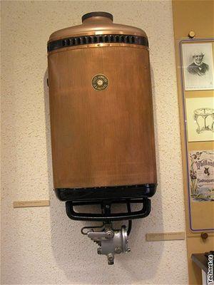 Měděný průtokový ohřívač vody Junkers z první pol. 20. stol.