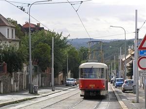 Tramvaj zastavuje před úsekem největšího klesání