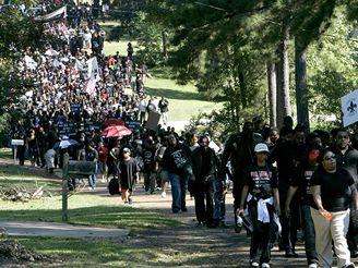 Tisíce lidí z celé Ameriky přijelo protestovat do Jeny proti rasové nerovnosti.