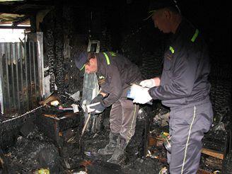 Požár chaty v rekreační oblasti na okraji Heroltic