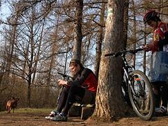 Cyklisté odpočívají na podzimní vyjížďce
