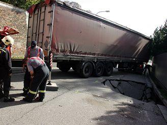 Kamion s pivem se v Brně propadl do vozovky