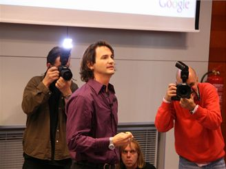 Přednáška ČVUT - Douglas Merrill obletovaný fotografy