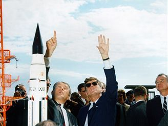 Prezident J. F. Kennedy a dr. W. von Braunem