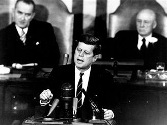 Prezident Kennedy při svém projevu v Kongresu, v němž vyhlásil za celonárodní úkol cestu prvních Američanl na Měsíc