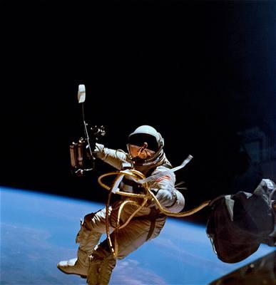 Edward White při výstupu do otevřeného vesmíru z lodi Gemini