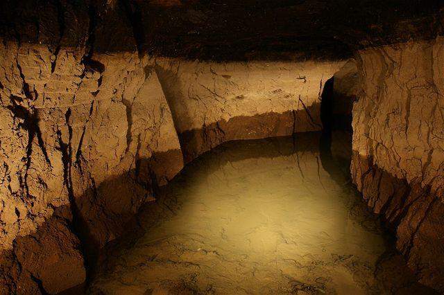 Některé chodby jsou dnes již zcela zatopené. Koleje na dně se dají sotva tušit... zde vznikl tzv. bazén důlních vod, retenční nádrž pro balastní vodu. Zde se voda přes den shromažďuje a v noci je čerpána na povrch. Čáry na stěnách ukazují kolísání hladiny.